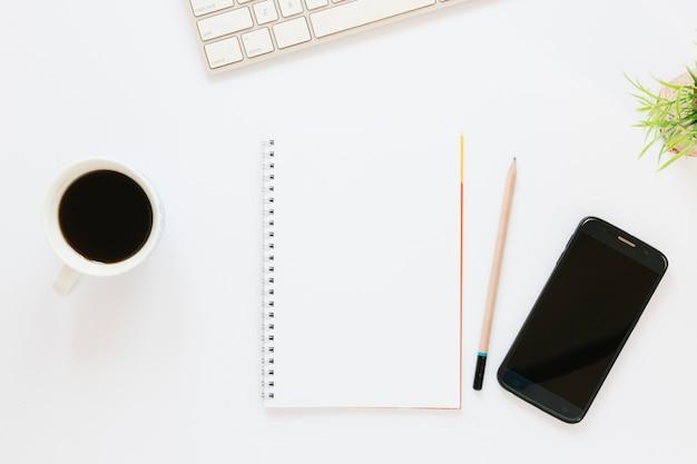 Кофейная чашка с ноутбуком и телефоном Бесплатные Фотографии