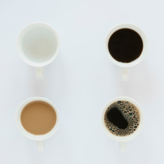 白いテーブルの上のコーヒーカップのトップビュー 無料写真