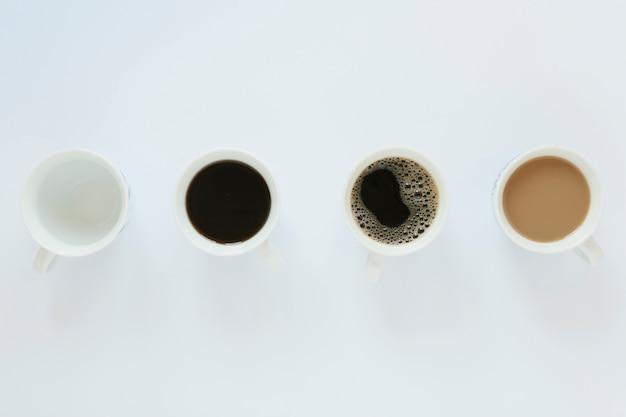 白いテーブルの上のコーヒーカップのフラットレイアウト 無料写真