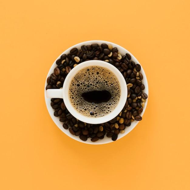 コーヒーカップと豆のトップビュー 無料写真