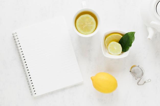 空白のノートブックでレモンティー 無料写真