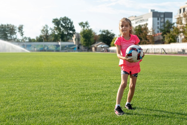 ボールを保持している女の子のロングショット 無料写真
