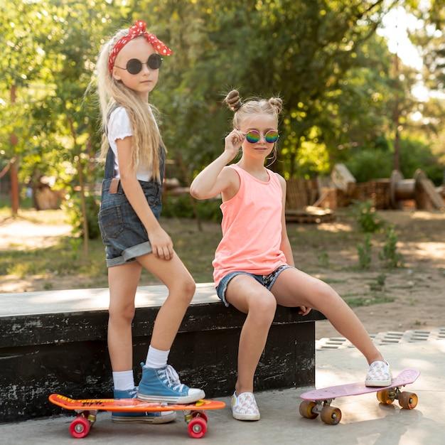 公園でサングラスを持つ女の子 無料写真