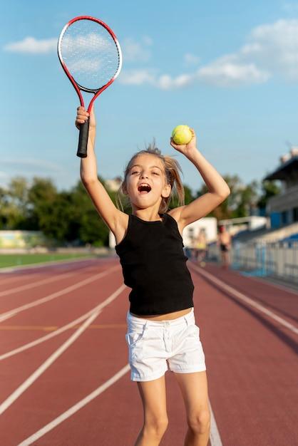 Средний снимок девушки, играющей в теннис Бесплатные Фотографии