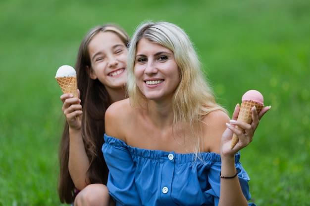 Мама и дочка с мороженым в парке Бесплатные Фотографии