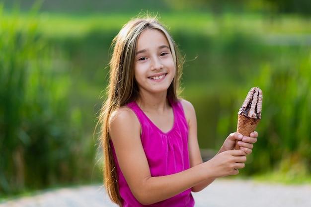Девочка держит мороженое с шоколадом и сиропом Бесплатные Фотографии