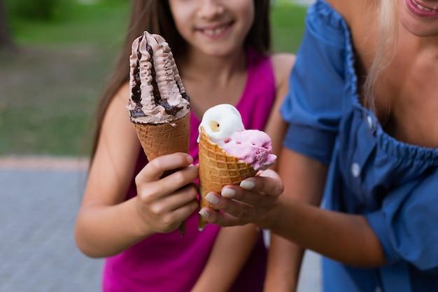 Мама и дочь держат мороженое Бесплатные Фотографии