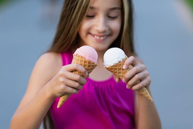 Вид спереди девушки с мороженым Бесплатные Фотографии