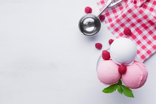 Стакан малинового мороженого на белом столе Бесплатные Фотографии