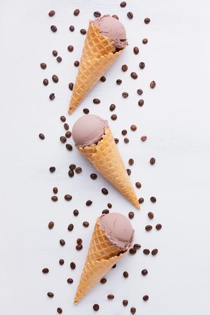 Плоская ложка мороженого с кофейными зернами Бесплатные Фотографии