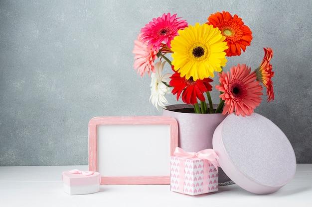 Симпатичная композиция на белом столе с копией пространства Бесплатные Фотографии