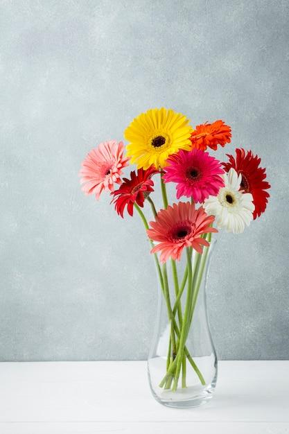 ガーベラの花を持つシンプルな花瓶のロングショット 無料写真