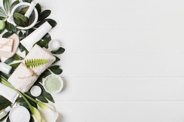 白い背景の上のフラットレイアウトスパ配置 無料写真