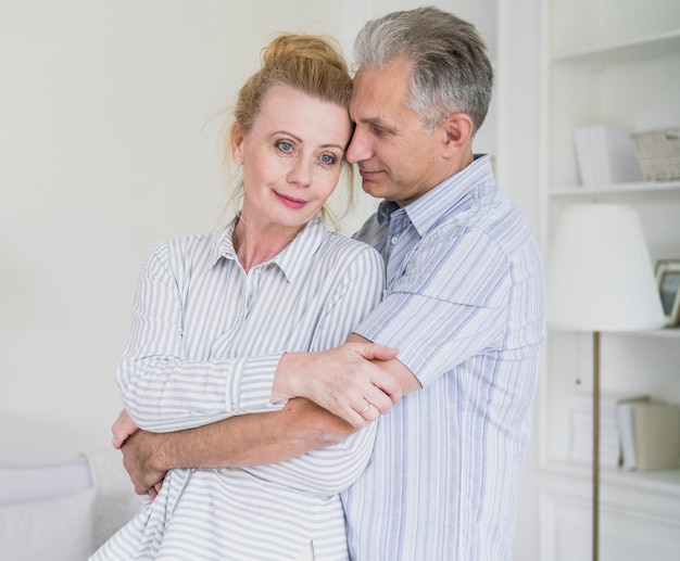 Симпатичные старшие пары, держа друг друга Бесплатные Фотографии