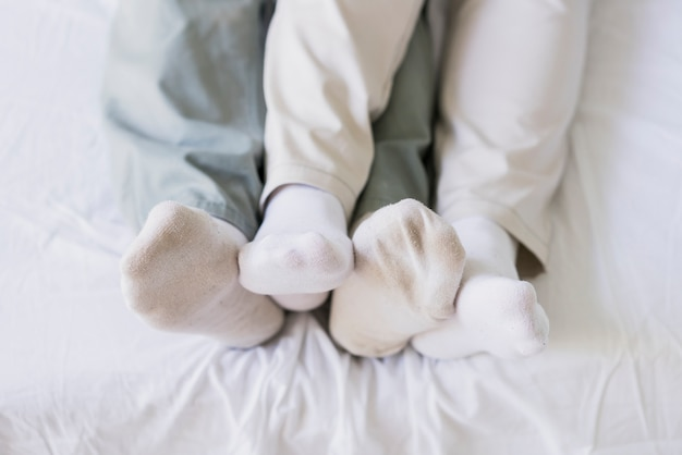 Вид сверху соединяет ноги в постели Бесплатные Фотографии
