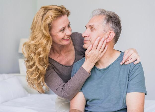 Смайлик старшая женщина влюблена в своего мужчину Бесплатные Фотографии