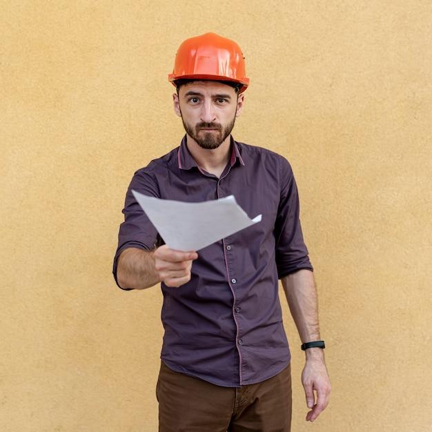 Вид спереди работника со схемой Бесплатные Фотографии