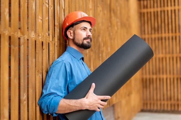 回路図を持つ男の側面図 無料写真