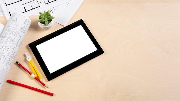コピースペースで机のモックアップの上にタブレットします。 無料写真