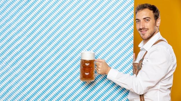 ビールパイントを抱きかかえたの側面図 無料写真