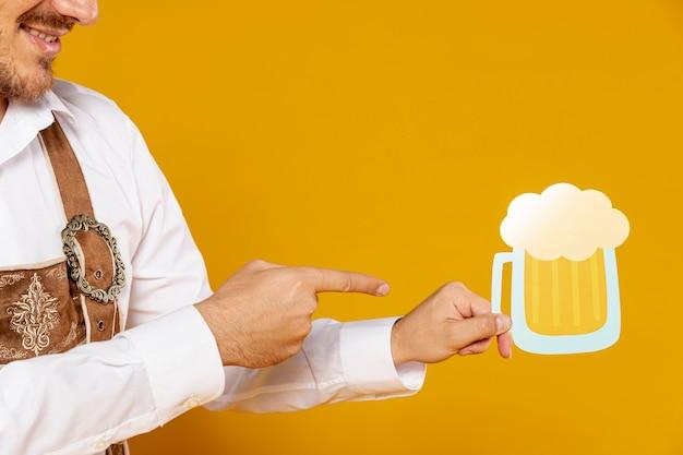 ビールパイントレプリカを指して男 無料写真