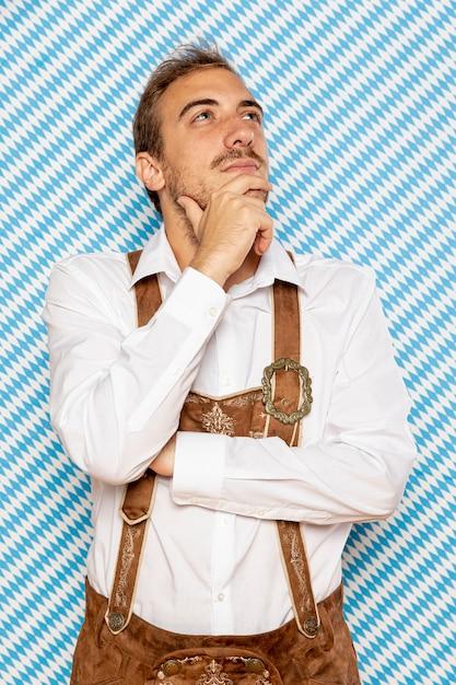 伝統的な服装を着た男の正面図 無料写真