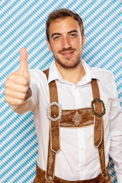 親指アップを持つ男の正面図 無料写真