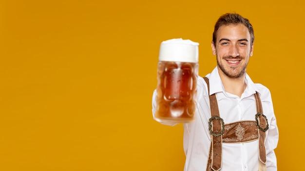 コピースペースでビールパイントを抱きかかえた 無料写真