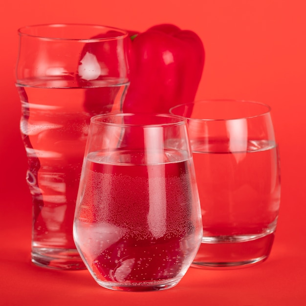 水のグラスに囲まれた赤唐辛子 無料写真