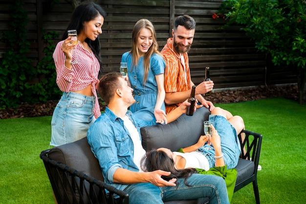 Радостные друзья отдыхают вместе Бесплатные Фотографии