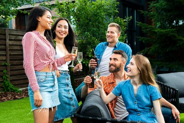 Вид спереди молодых людей поджаривания напитков Бесплатные Фотографии