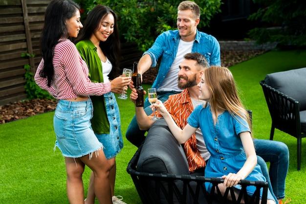 Группа друзей с напитками на открытом воздухе Бесплатные Фотографии