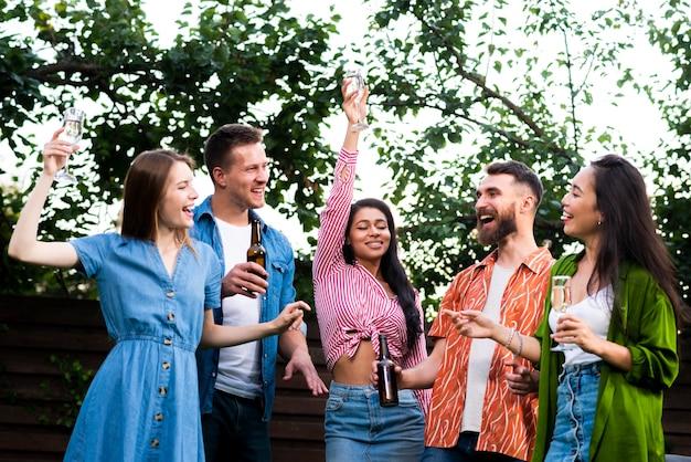 Вид спереди счастливых людей на открытом воздухе Бесплатные Фотографии