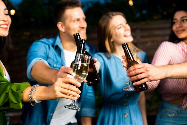 若者がビール瓶を乾杯 無料写真