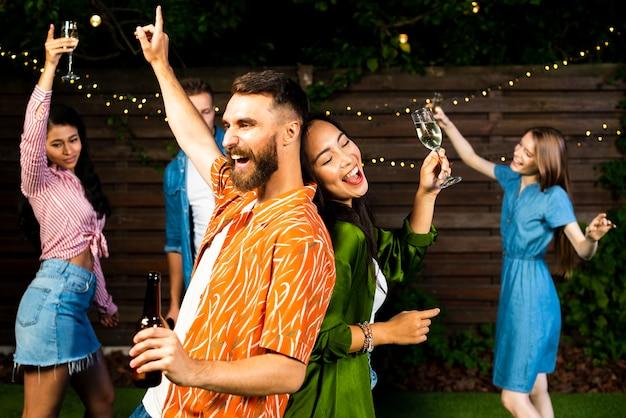 ひげを生やした若い男性と女性のダンス 無料写真