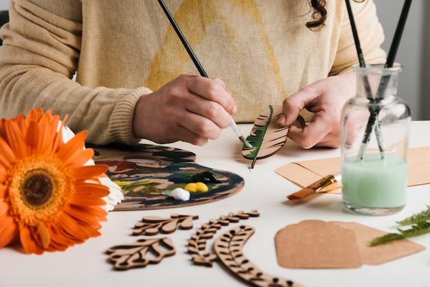 木製アート作品の塗装工程 無料写真