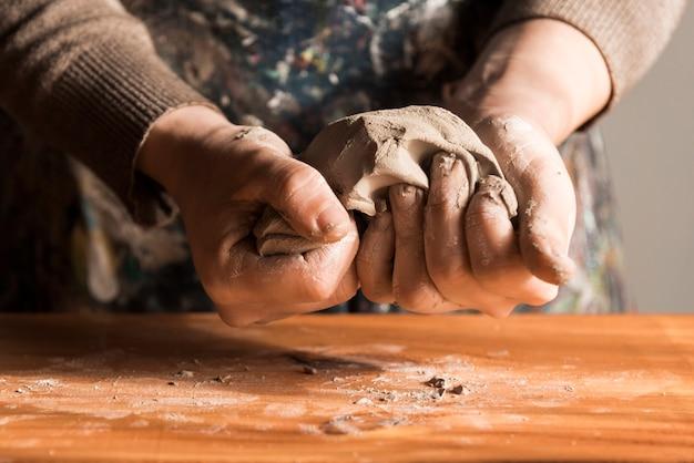 粘土を形作る女性の正面図 無料写真