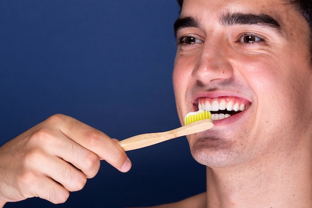 Взрослый мужчина с зубной щеткой Бесплатные Фотографии