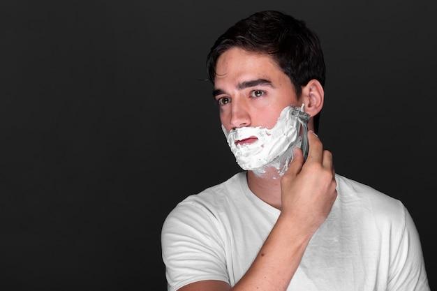 彼のひげを剃る成人男性 無料写真