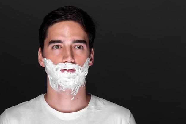 シェービングクリームと深刻な成人男性 無料写真