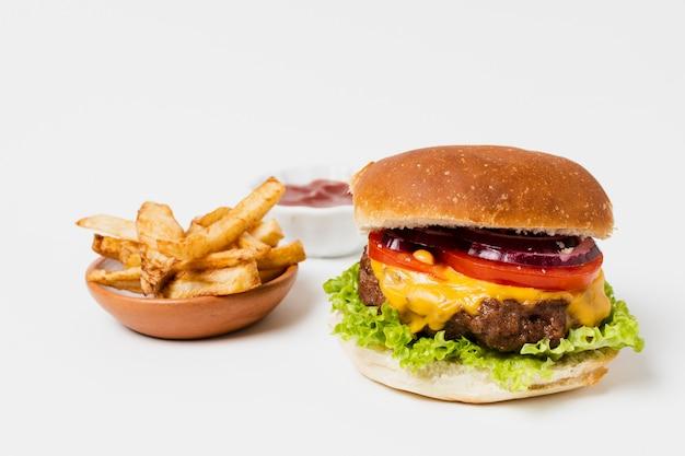 Бургер и картофель фри на белом столе Бесплатные Фотографии