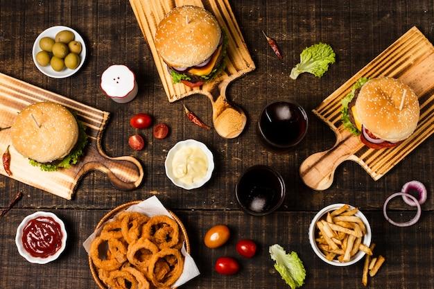 ハンバーガーとオニオンリングのフラットレイアウト 無料写真