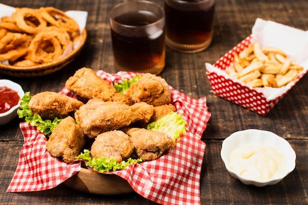 フライドチキンとファーストフードの食事 無料写真