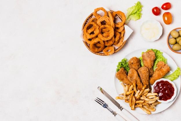 Жареная курица с картофелем фри и копией пространства Бесплатные Фотографии