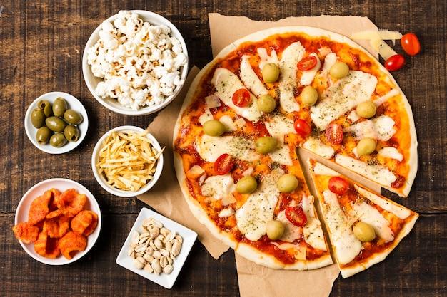 Плоская кладка пиццы на деревянный стол Бесплатные Фотографии