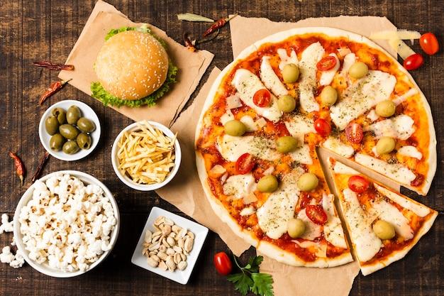 木製のテーブルでピザのトップビュー 無料写真