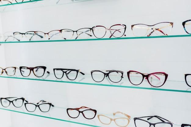 ショップで展示されているカラフルなメガネフレーム 無料写真