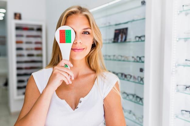 Вид спереди женщины во время осмотра глаз Бесплатные Фотографии