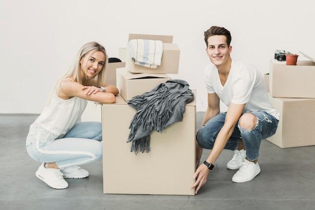 Вид спереди молодая пара счастлива двигаться Бесплатные Фотографии