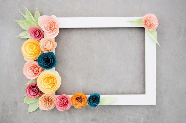 Вид сверху белая элегантная цветочная рамка на цементном фоне Бесплатные Фотографии
